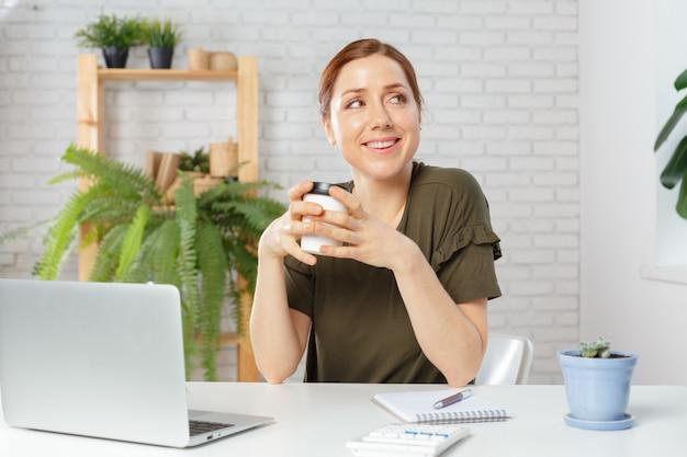 Tempo descontraído jovem bebendo café