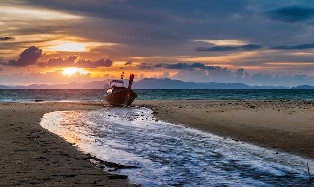 Tempo do por do sol na praia com paisagem crepuscular.