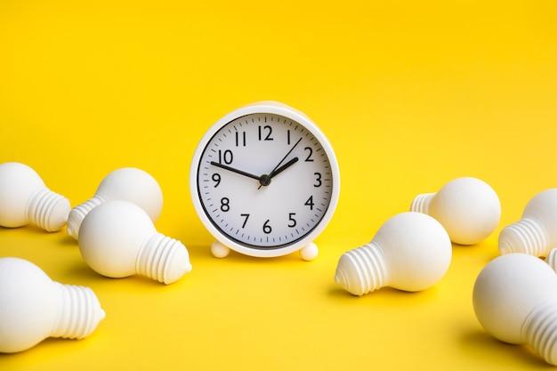 Tempo e data para conceitos de trabalho com lâmpada e relógio