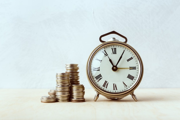 Tempo é dinheiro, relógio de mesa com moedas