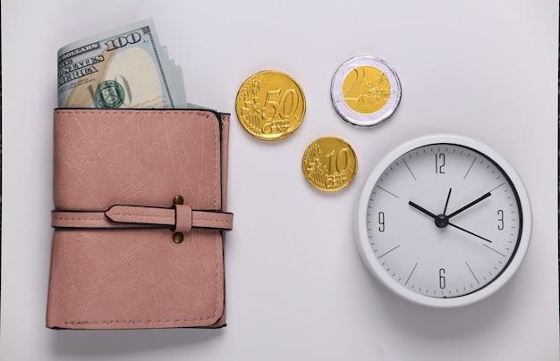 Tempo é dinheiro. relógio e carteira com dinheiro em um branco