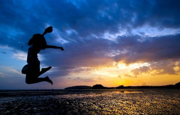Tempo engraçado no crepúsculo na praia de phranang perto de phuket tailândia