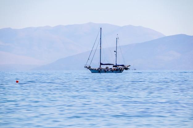 Tempo ensolarado claro nos mares calmos