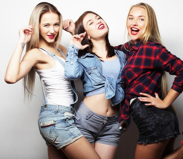 Tempo feliz. melhores amigas elegantes das meninas hippie sexy prontas para a festa.