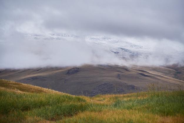Tempo frio e nublado na área de estepe. o planalto de ukok de altai. paisagens frias fabulosas. alguém por perto