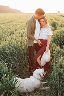 Tempo na natureza para casal grávido caminhando com seu cachorro. mulher grávida. família e gravidez. amor e ternura. felicidade e serenidade. cuidando da nova vida. natureza e saúde.
