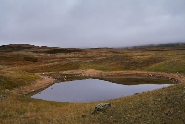 Tempo nublado e frio na área estepe. o platô de ukok de altai. fabulosas paisagens frias. alguém por perto