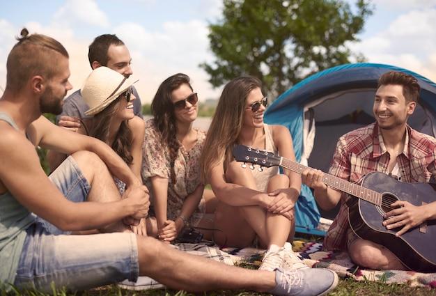 Tempo relaxante no acampamento com amigos