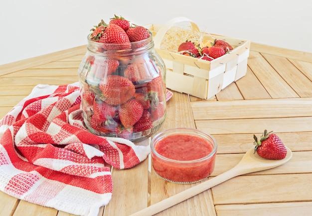 Temporada conservas de frutas e conceito de geléia caseira de cozinha