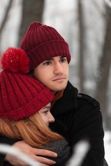Temporada de inverno nevado e casal ao ar livre