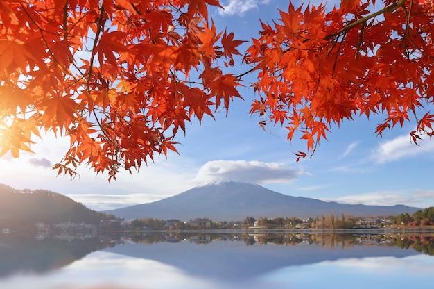 Temporada de outono colorida e montanha fuji em blackground com manhã no lago kawaguchiko