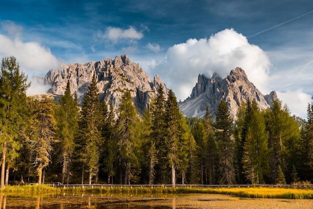 Temporada de outono colorida nas montanhas dolomitas italianas no lago antorno