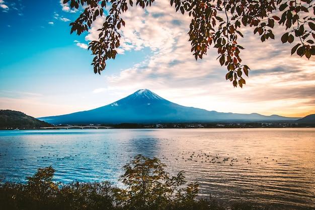 Temporada de outono, monte fuji no lago kawaguchiko em yamanashi, japão