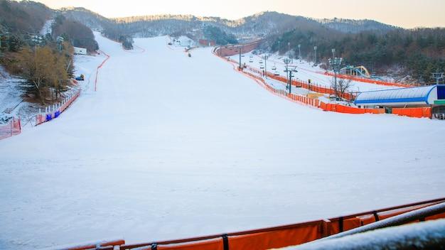 Temporada de snowboard na montanha