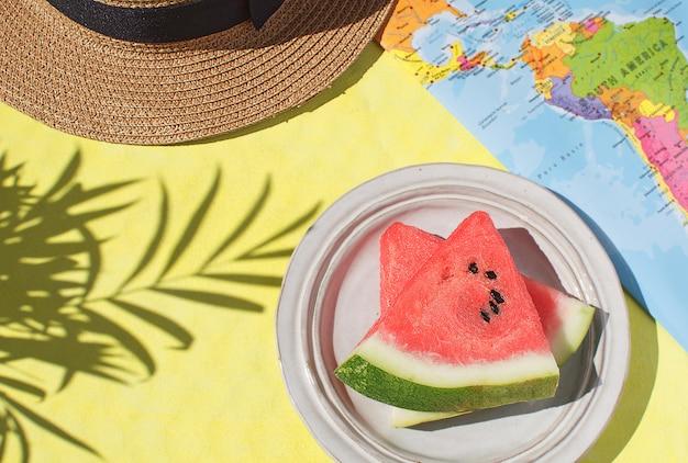 Temporada de verão conceito de férias t fundo amarelo do mapa do mundo vista superior espaço da cópia sombra de folha tropical