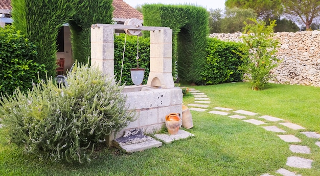 Temporada de verão na itália. desing bem de água em um jardim elegante.