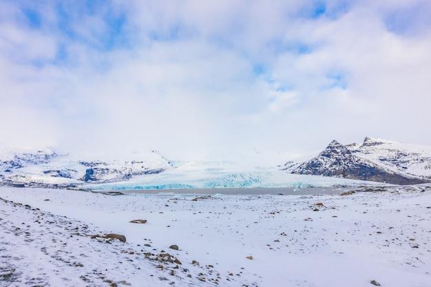 Temporada invernal da islândia da montanha coberta de neve.