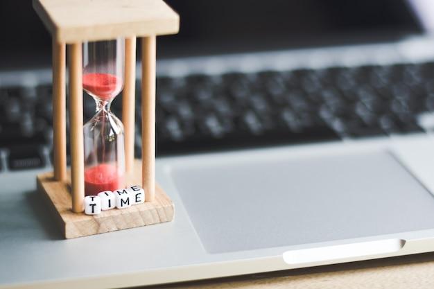 Temporizador de relógio de areia no laptop com