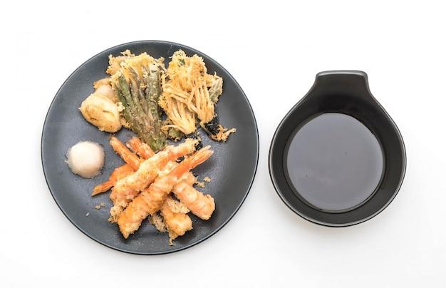 Tempura de camarão (camarão frito agredidas) sobre fundo branco