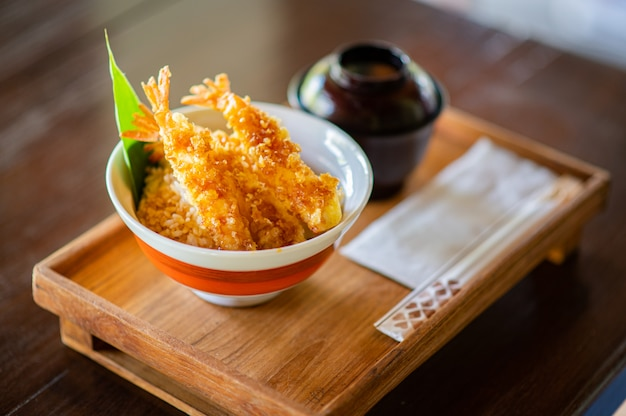 Tempura de camarão no arroz com sopa de miso japonesa