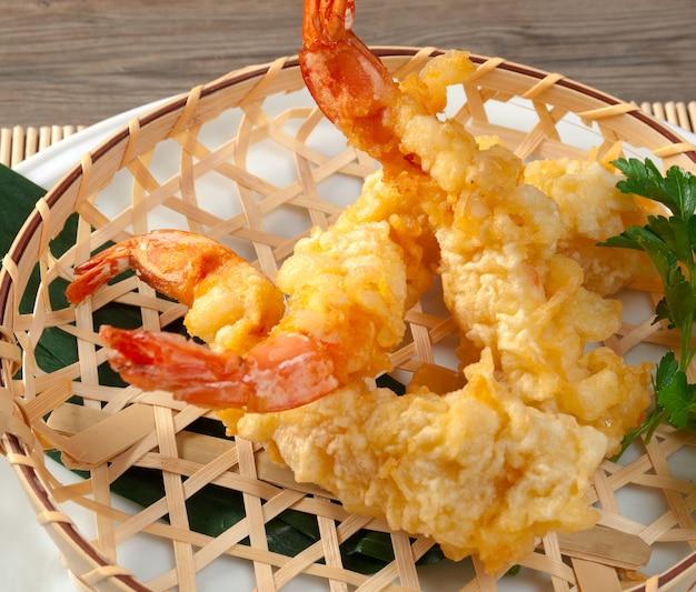 Tempura japonesa frita com camarão em cesta trançada