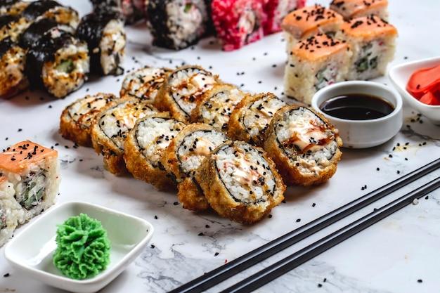 Tempura rolo arroz caranguejo creme queijo gergelim enguia gengibre wasabi vista lateral