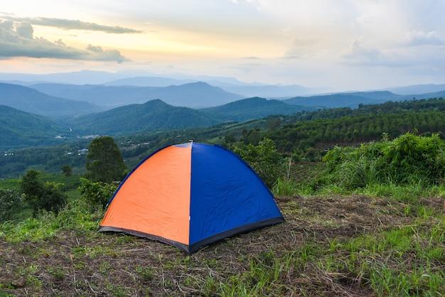 Tenda acampada na paisagem de montanhas