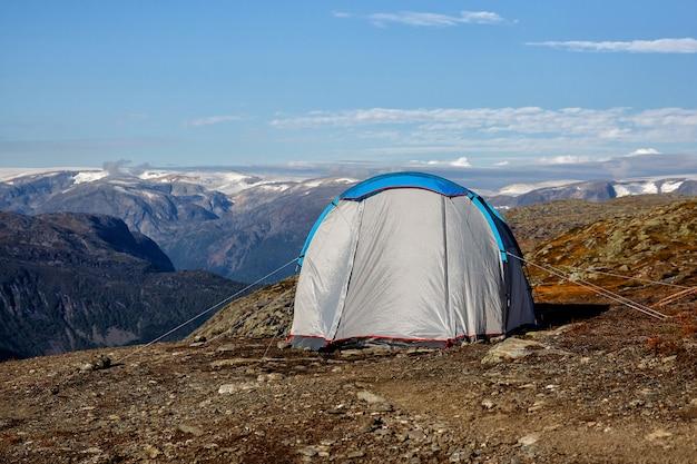 Tenda azul nas montanhas, durante o dia