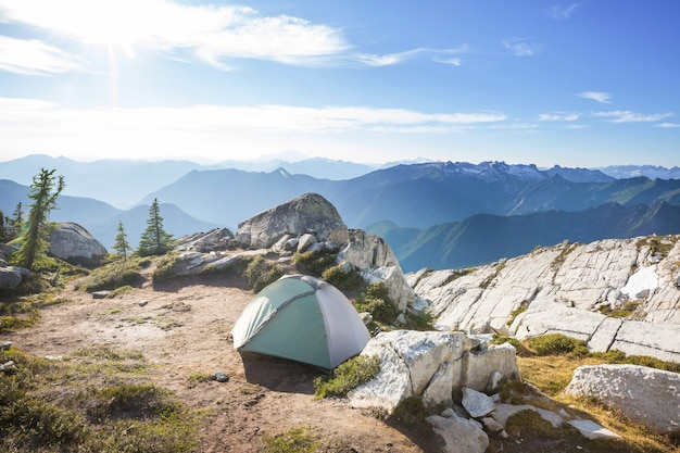 Tenda de caminhada nas montanhas. área de recreação do monte baker, washington, eua