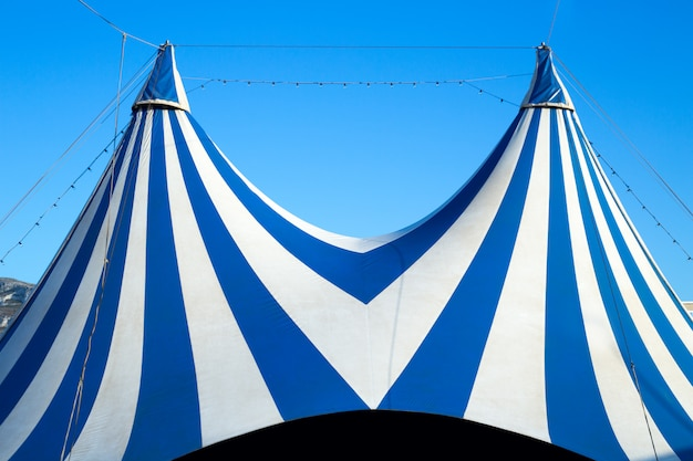 Tenda de circo despojada de azul e branco