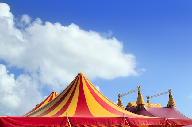 Tenda de circo vermelho laranja e amarelo despojado