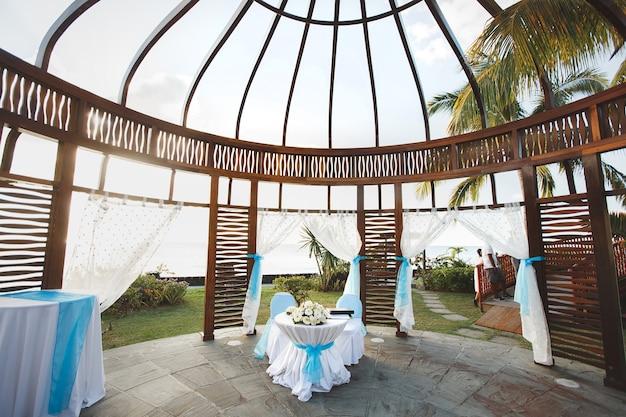 Tenda em um casamento perto do oceano na ilha