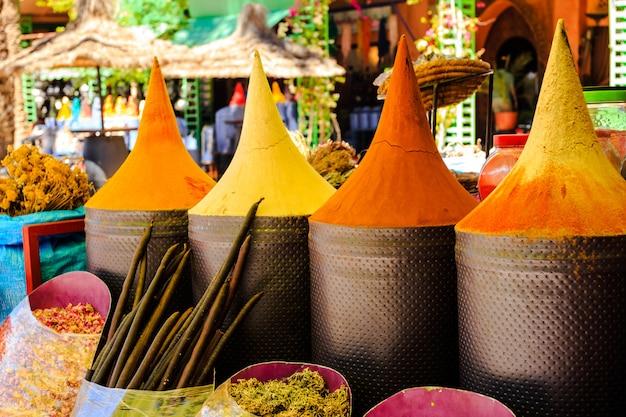 Tenda marroquina de especiarias no mercado de marrakech, marrocos