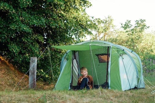 Tenda na floresta de outono, lar de aventura e viagens