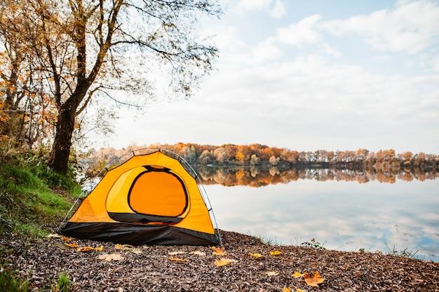 Tenda na praia do lago outono outono conceito camping