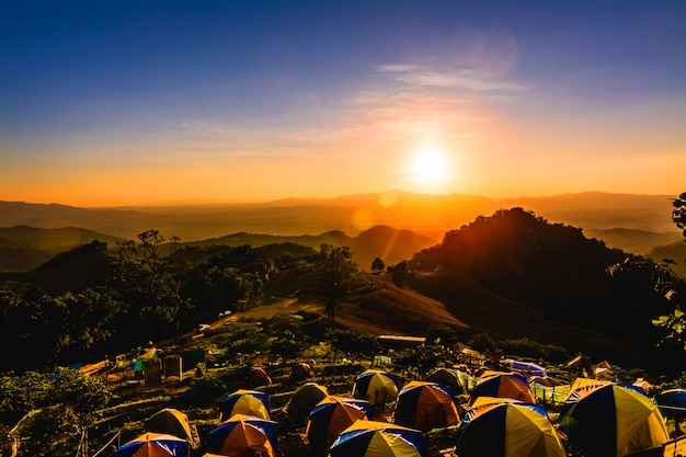 Tenda no pôr do sol com vista para as montanhas