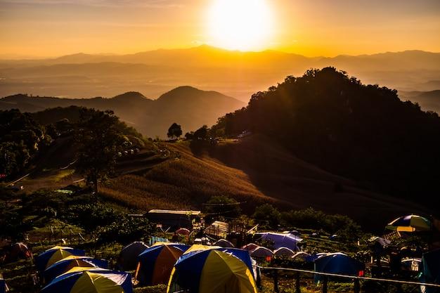 Tenda no pôr do sol com vista para as montanhas