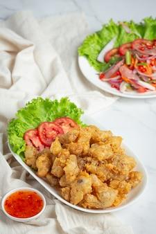 Tendão de frango frito servido com molho
