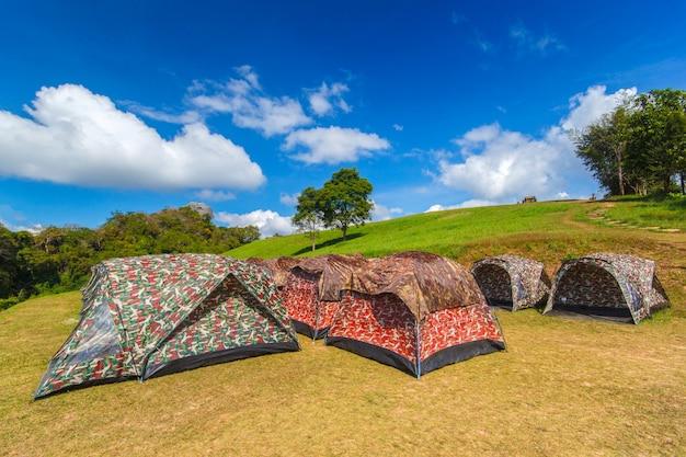 Tendas coloridas acampar no doi samer dao, parque nacional de sri nan, província de nan, tailândia