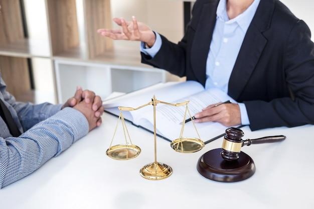 Tendo reunião com time em escritório de advocacia, consulta entre advogado feminino