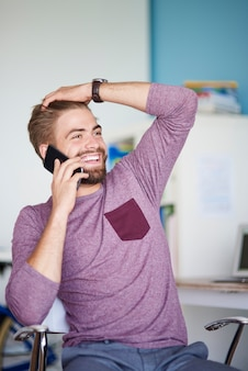 Tendo uma conversa engraçada no escritório