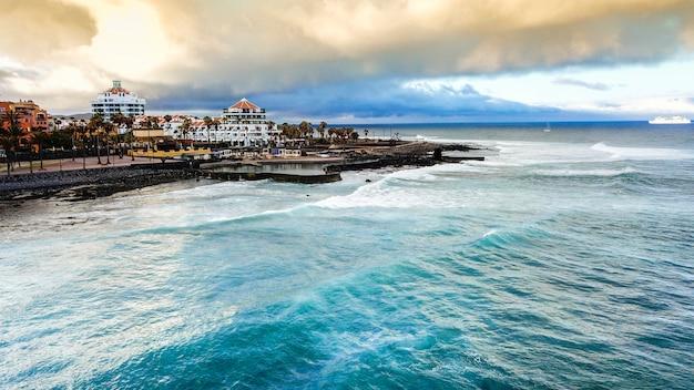 Tenerife las americas férias lindo lugar. vista aérea do oceano e das ondas e da praia.