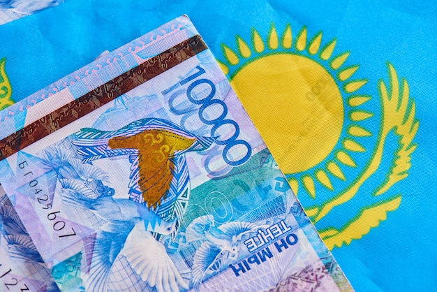 Tenge de dinheiro cazaque na bandeira do país. economia e finanças dos países asiáticos