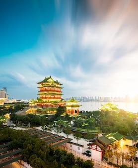 Tengwang pavilion, nanchang, tradicional arquitetura chinesa antiga, feita de madeira.