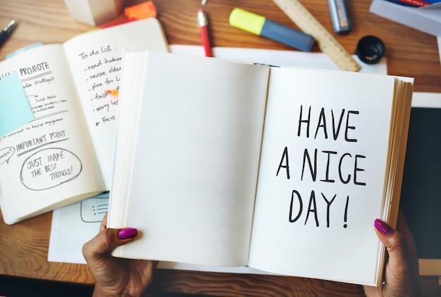 Tenha um bom dia escrito em um caderno