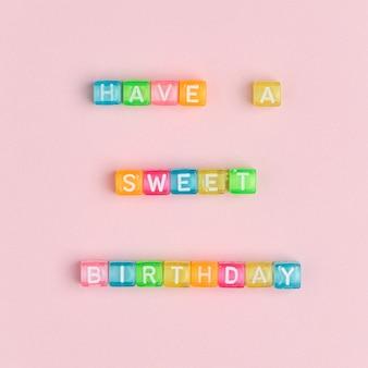 Tenha um bonito de aniversário, contas com letras de palavras tipografia