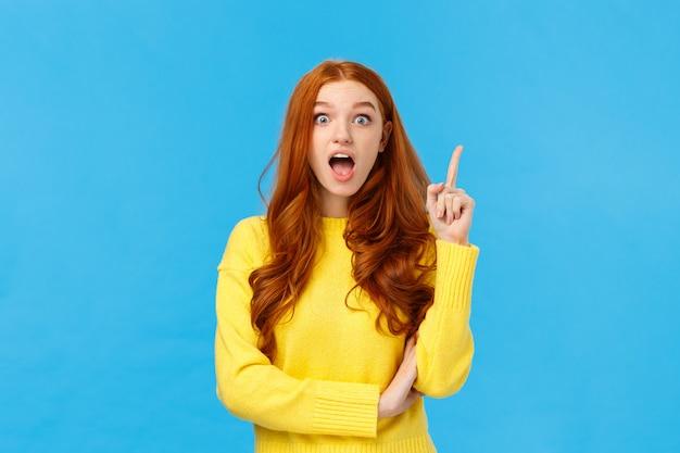 Tenho ideia, ouça. mulher ruiva criativa animada inspirada, tem plano ou sugestão, levante o dedo indicador