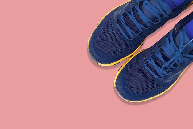 Tênis azuis em um fundo rosa