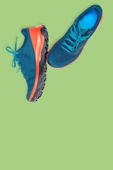 Tênis azuis sobre fundo verde