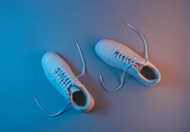 Tênis branco com luz neon. vista do topo. minimalismo